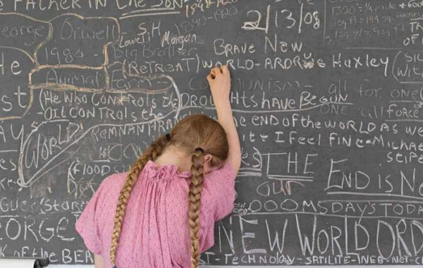 © Lucas Foglia. Homeschooling Chalkboard, Tennessee 2008. Courtesy l'autore