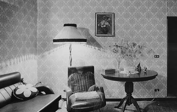 © Mario Cresci. Autoritratto, dalla serie Interni mossi, Barbarano Romano, 1979