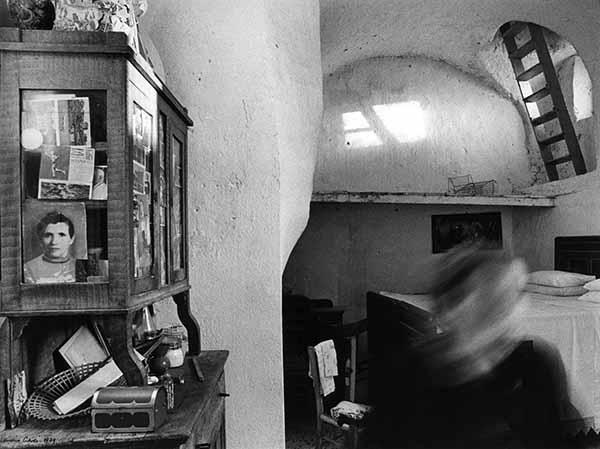 © Mario Cresci. Dalla serie Interni mossi, Tricarico, 1979