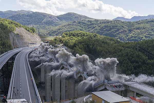 © Andrea Botto. Dal progetto KABOOM - demolizione controllata del Viadotto Caffaro Lauria, Potenza 2015. Courtesy l'autore