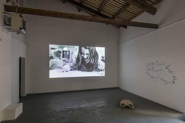 Eglė Budvytytė, Tra ciglia e pensiero, veduta della mostra. Foto Sebastiano Luciano, courtesy AlbumArte