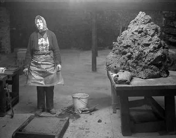 © John Myers. Operaia addetta alla produzione di mattoni, William Mobberley Brickworks, Kingswinford, 1983