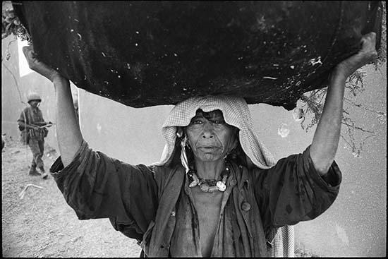 © Micha Bar-Am. Campo di rifugiati Deir-al-Balah, Striscia di Gaza, 1969. © Micha Bar-Am / Magnum Photos