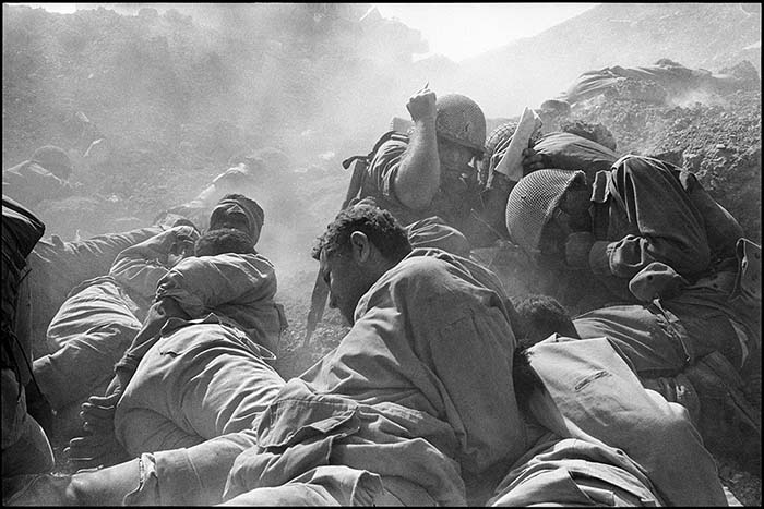 © Micha Bar-Am. Bombardamento, Canale di Suez, Guerra del Kippur, Ottobre 1973. © Micha Bar-Am / Magnum Photos.